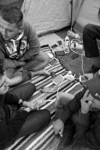 2015 septembre, Bruxelles, parc Maximilien, l'importance des portables: seuls liens avec les familles.